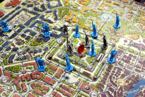A view of the game board, with the guards (blue figures) placed on it.